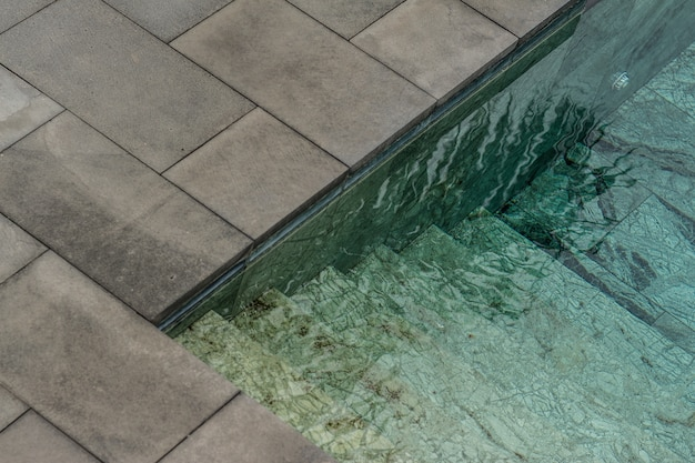 Água limpa de uma piscina durante o dia