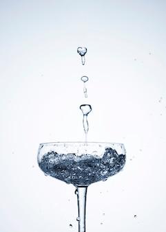 Água limpa em close-up de vidro