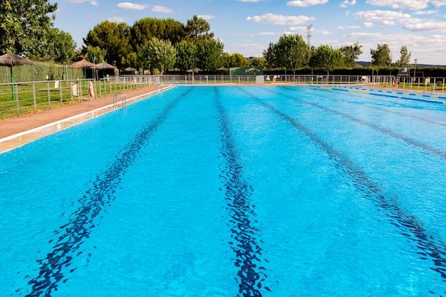 Água limpa em uma piscina azul