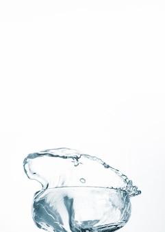 Água limpa em vidro na luz de fundo
