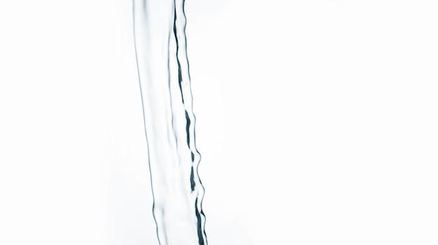 Água limpa que flui na luz de fundo com espaço de cópia