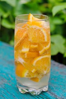 Água mineral com pedaços de laranja