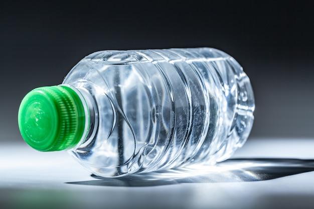 Água mineral purificada de primavera na garrafa