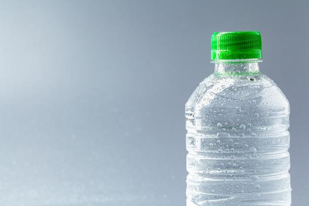 Água mineral purificada na garrafa