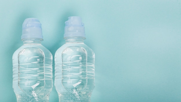 Água na vista superior de garrafas esportivas
