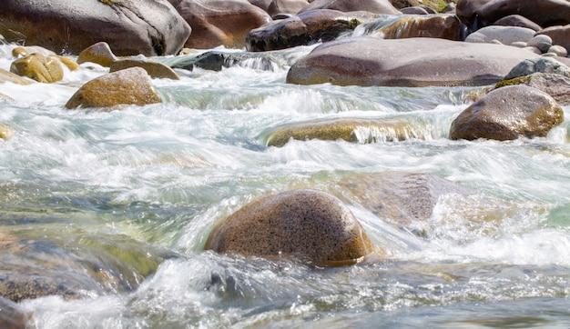 Água no rio furioso da montanha