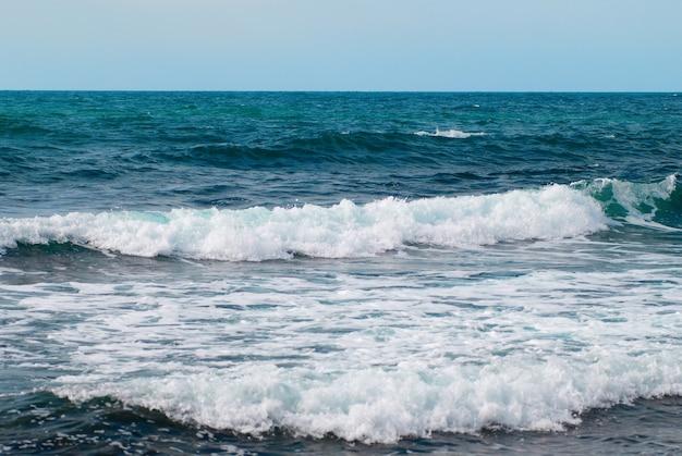Água, ondas e nuvens tempestades no mar