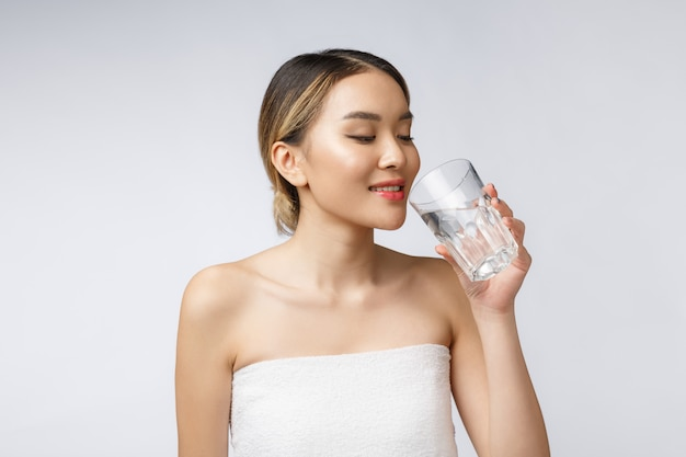 Água potável bebendo de sorriso nova relaxado da mulher.