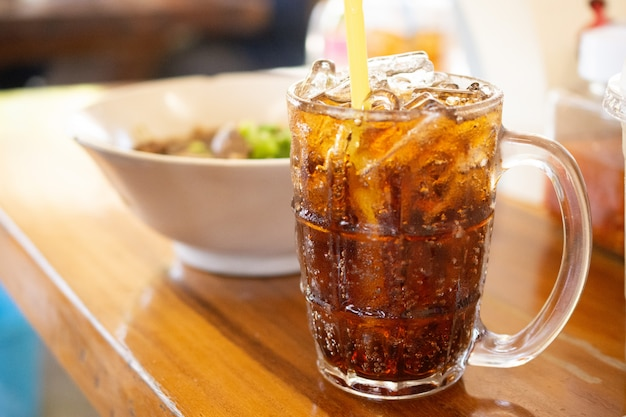 Água potável carbonatada na mesa para beber