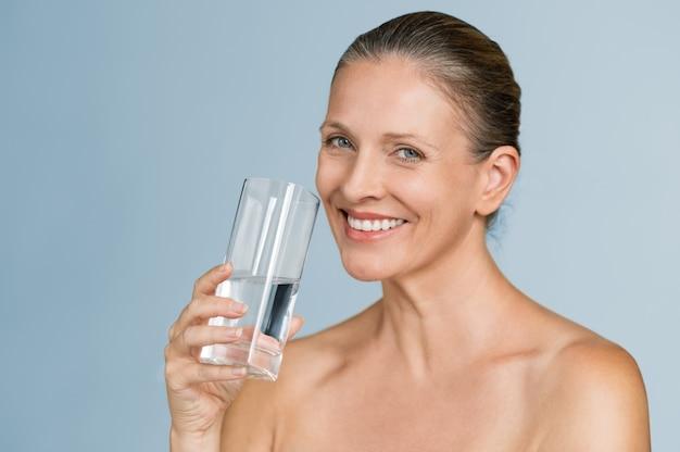 Água potável de mulher madura