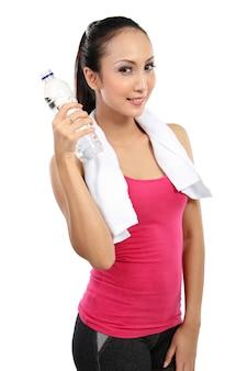 Água potável de sorriso asiática atrativa da mulher