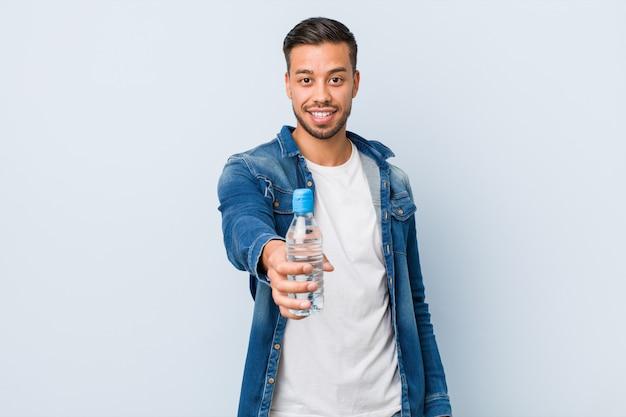 Água potável do jovem sul-asiático