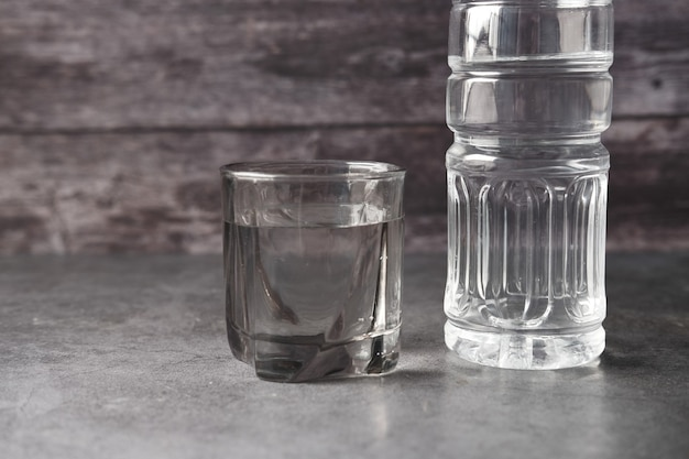 Água potável fresca em uma garrafa de plástico rosa