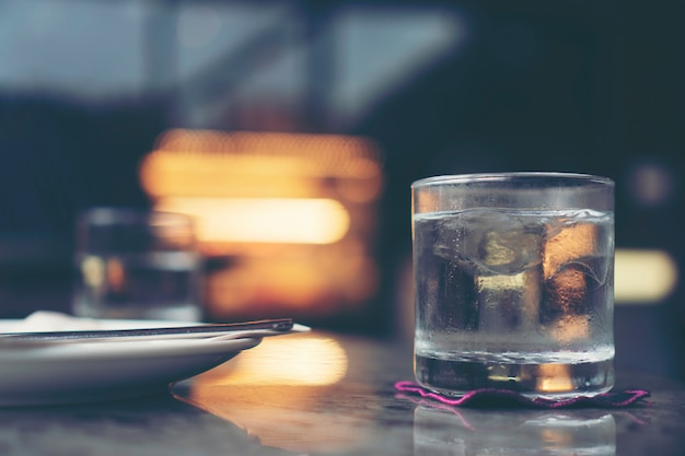 Água potável fresca na mesa de café