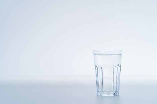 Água potável mineral em um copo