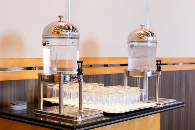 Água potável no refrigerador do dispensador de suco