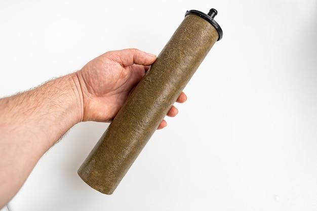 Água potável suja do cartucho do filtro em um fundo branco