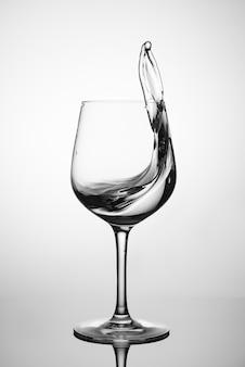 Água pura espirrando em um copo