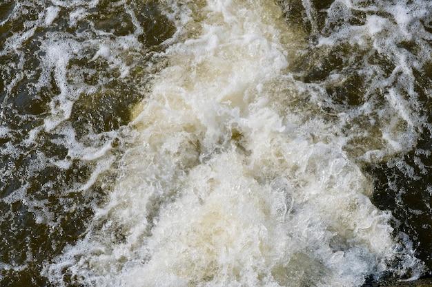 Água que flui da estação de tratamento de esgoto.