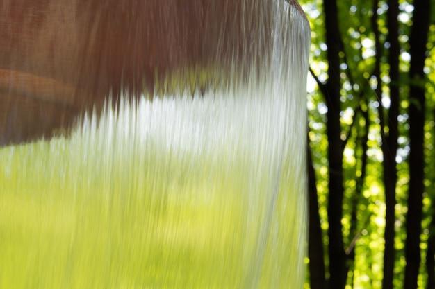 Água que flui da fonte no parque.