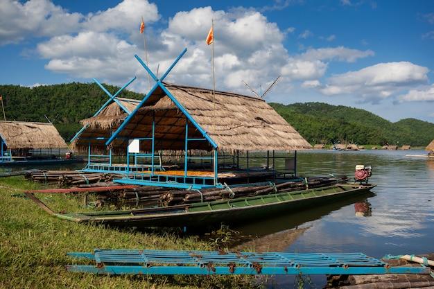 Água rafting com céu azul nuvem na montanha do rio, jangadas cottage