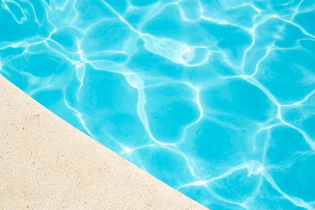 Água rasgada azul na piscina férias de verão