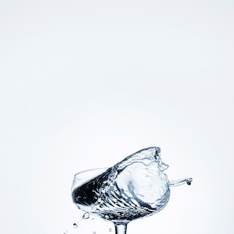 Água realista em vidro com espaço vazio