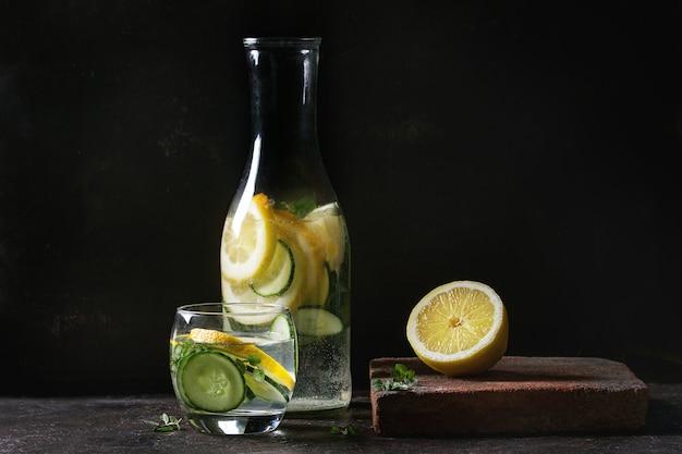 Água sassy do pepino do citrino