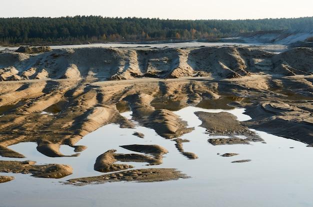 Água suja e resíduos da planta são drenados para o lago.