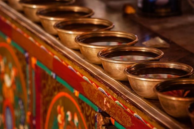 Água tibetana com tigelas no mosteiro budista tibetano likir gompa ladakh índia