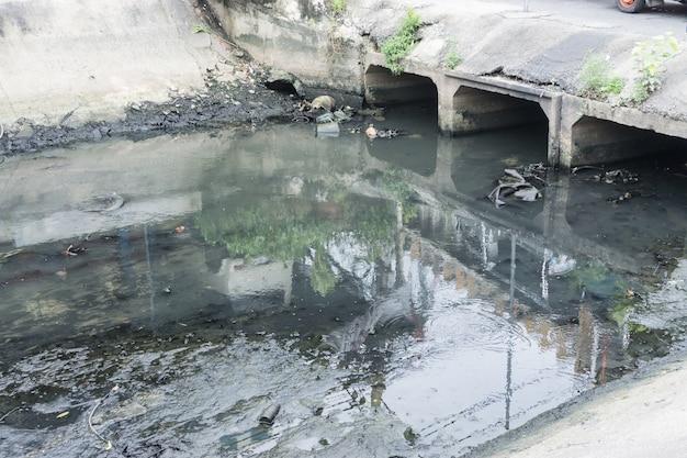 Água tóxica que corre de esgotos em esgoto subterrâneo sujo