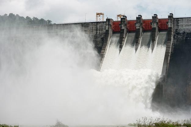 Água transbordada nessas barragens passa por vertedouros na barragem de khun dan prakan chon, tailândia