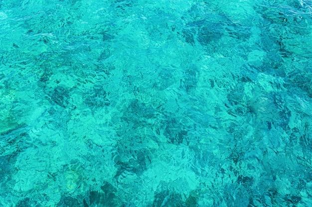 Água turquesa cristalina nas maldivas.