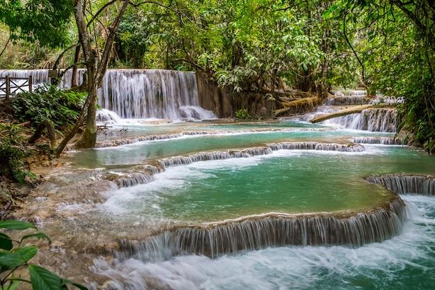 Água turquesa da cachoeira de kuang si