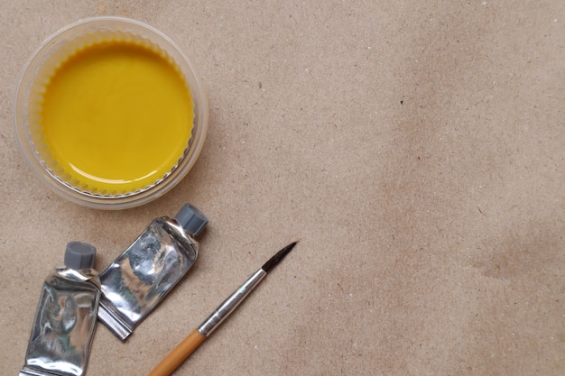 Aguarela amarela, pronta a usar, copos e escovas de plástico