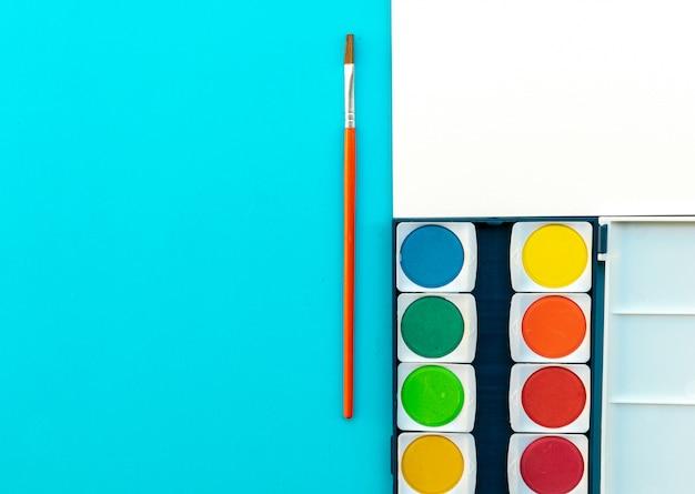 Aguarela e pincel colocar na mesa de arte de pintura