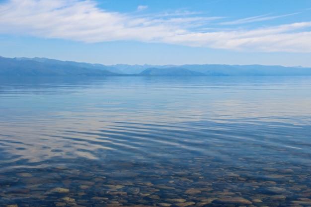 Águas cristalinas do lago e montanhas