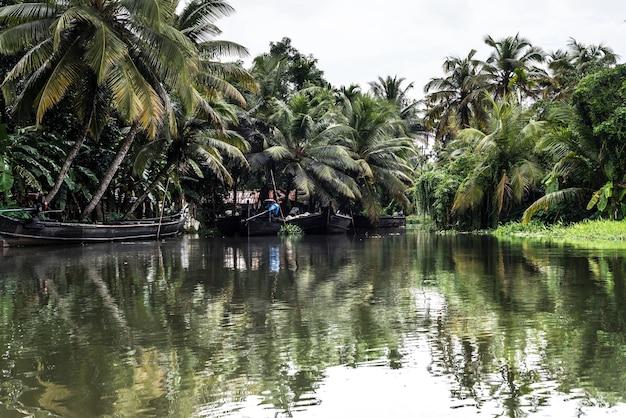 Águas de volta kerala rio da índia