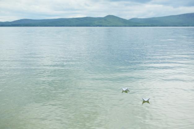 Águas tranquilas do lago azul