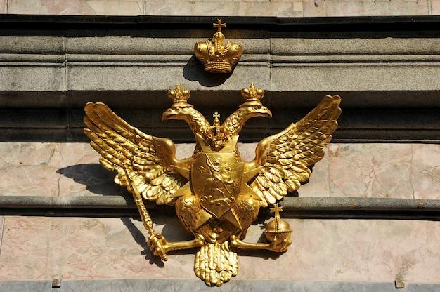 Águia de duas cabeças na estátua equestre de pedro, o grande, em são petersburgo, rússia, perto do castelo de são miguel, também chamado de castelo mikhailovsky ou castelo dos engenheiros