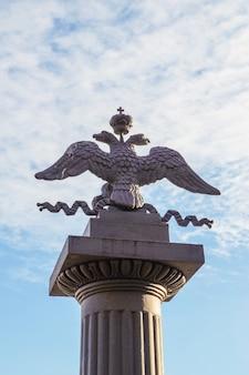 Águia de duas cabeças. um símbolo de poder na rússia.