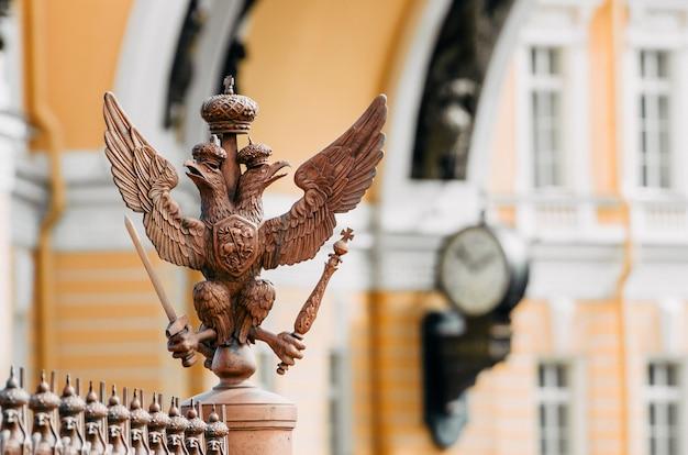 Águias de duas cabeças na cerca ao redor do pilar de alexandria, na praça do palácio em são petersburgo.