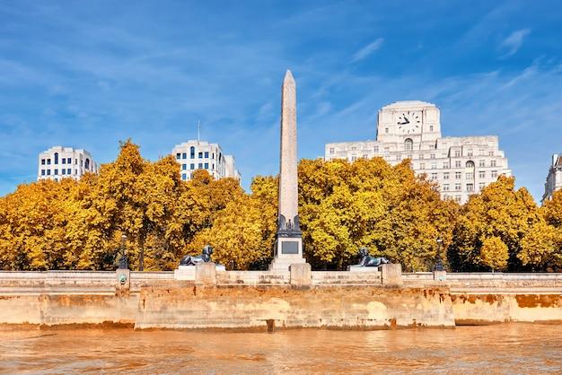 Agulha de cleópatra no outono na victoria embankment em londres
