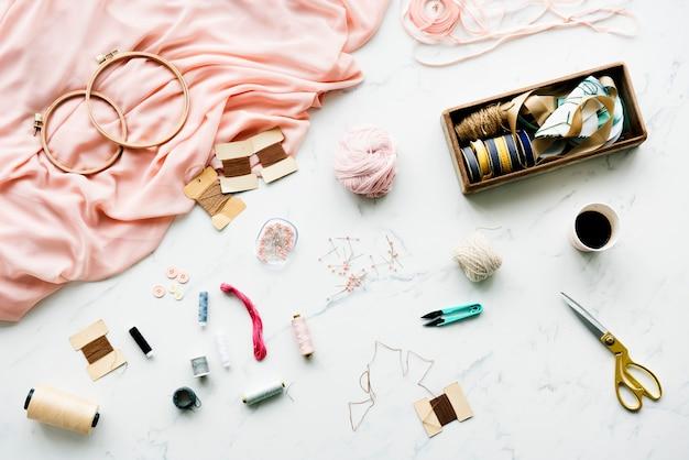 Agulha de costura objetos artesanais na mesa de mármore