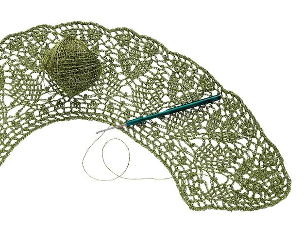 Agulha de crochê e novelo de lã.