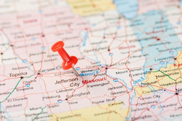 Agulha de escritório vermelha no mapa dos eua, missouri e a capital jefferson city. feche o mapa do missouri com aderência vermelha