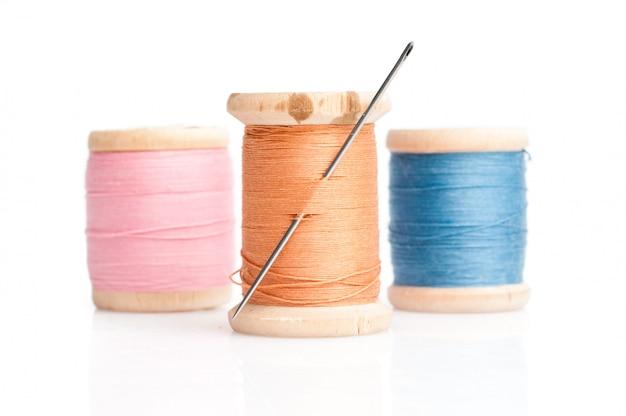 Agulha e linhas de costura
