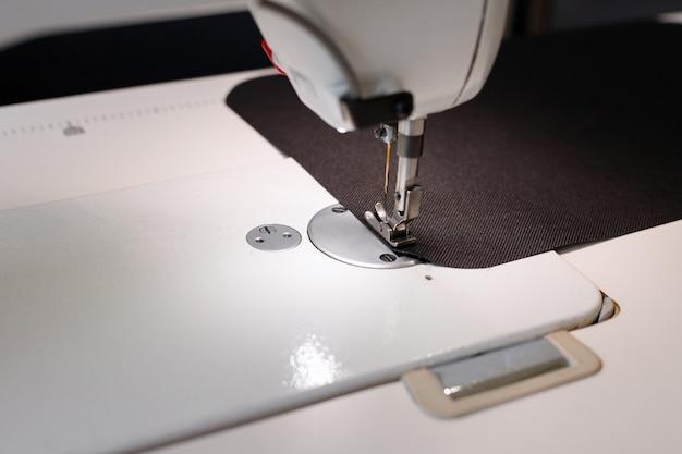 Agulha em close-up de máquina de costura