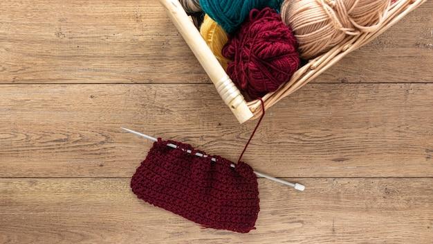 Agulhas de lã e tricô na cesta