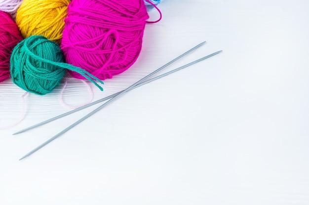 Agulhas de tricô com uma bola